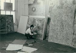 Kusama in her New York studio, c.1958–59 / Image courtesy: Ota Fine Arts, Tokyo / © Yayoi Kusama, Yayoi Kusama Studio Inc