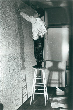 Kusama in her New York studio, c.1961 / Image courtesy: Ota Fine Arts, Tokyo / © Yayoi Kusama, Yayoi Kusama Studio Inc.